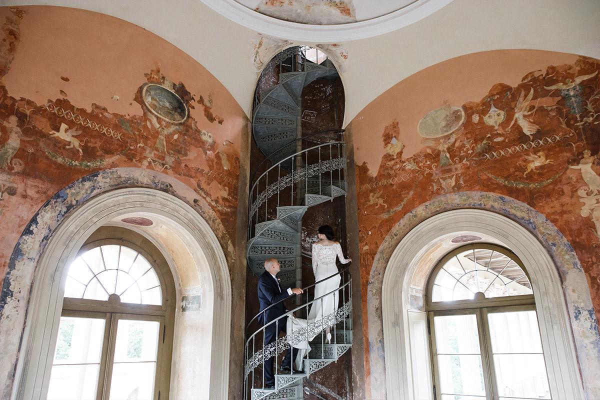 Brautpaarfoto auf Wendeltreppe im Belvedere auf dem Pfingstberg - Belvedere Pfingstberg Potsdam Hochzeitsfotograf © www.hochzeitslicht.de