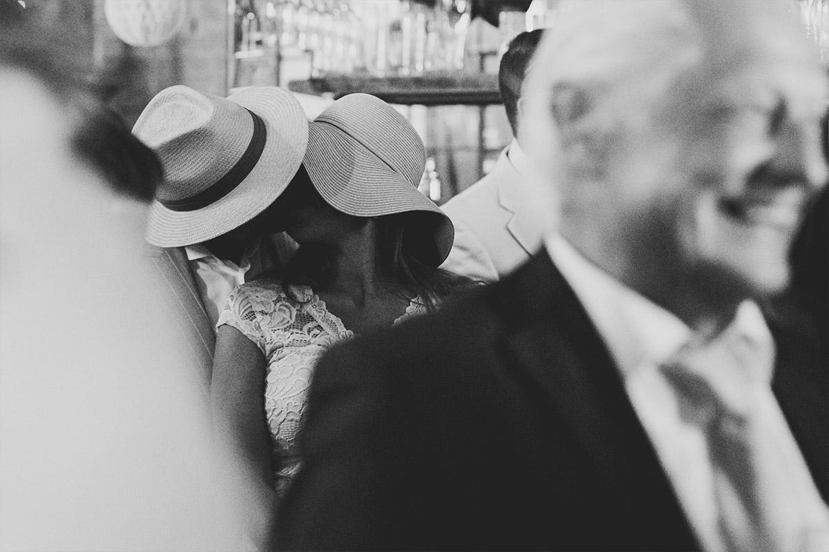 Hochzeitsfoto von Hochzeitsgästen bei Trauung in Alter Schmiede - Old Smithy's Dizzle Hochzeitsfotograf Berlin © www.hochzeitslicht.de