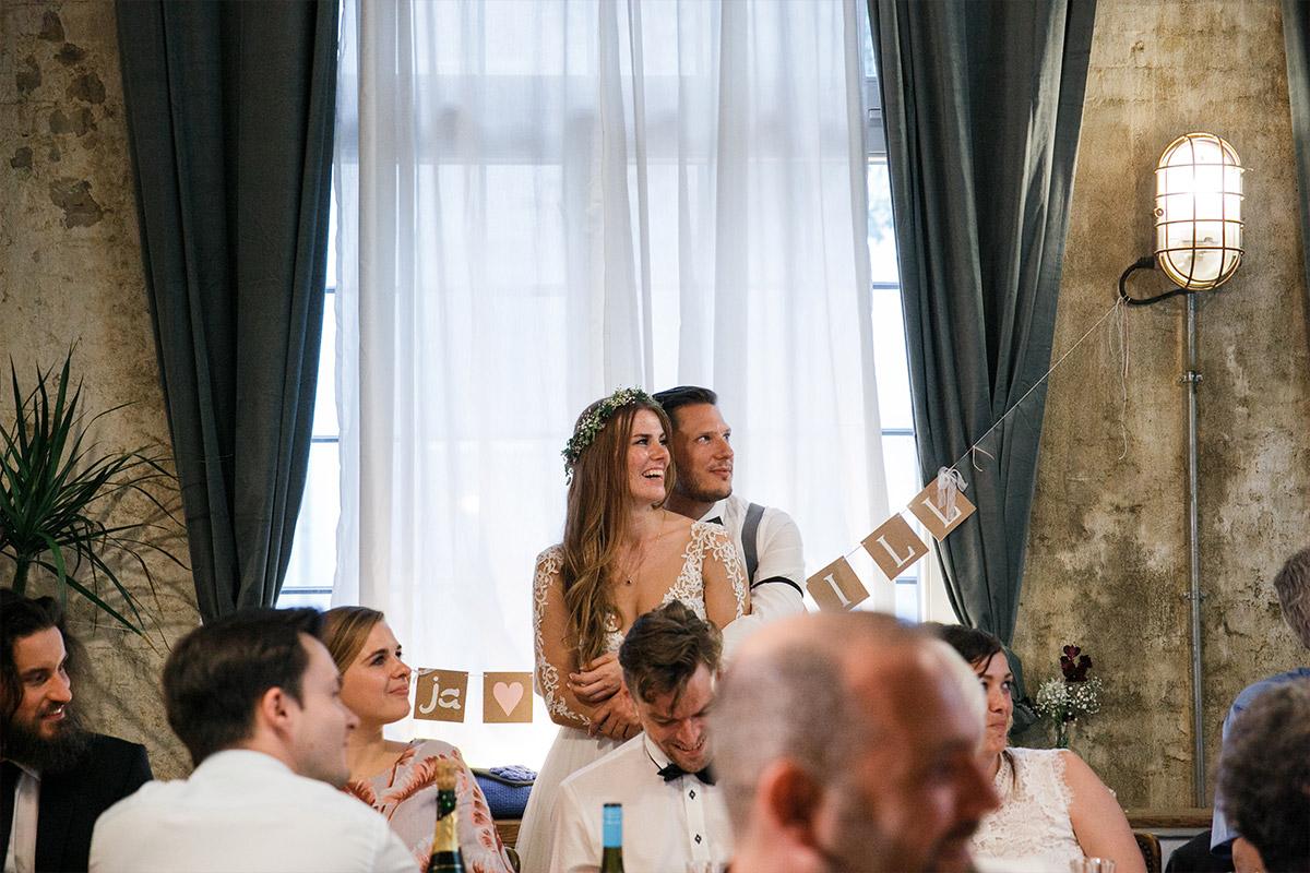 ungestelltes Hochzeitsfoto von Brautpaar und Gästen bei Hochzeitsfeier - Old Smithy's Dizzle Hochzeitsfotograf Berlin © www.hochzeitslicht.de