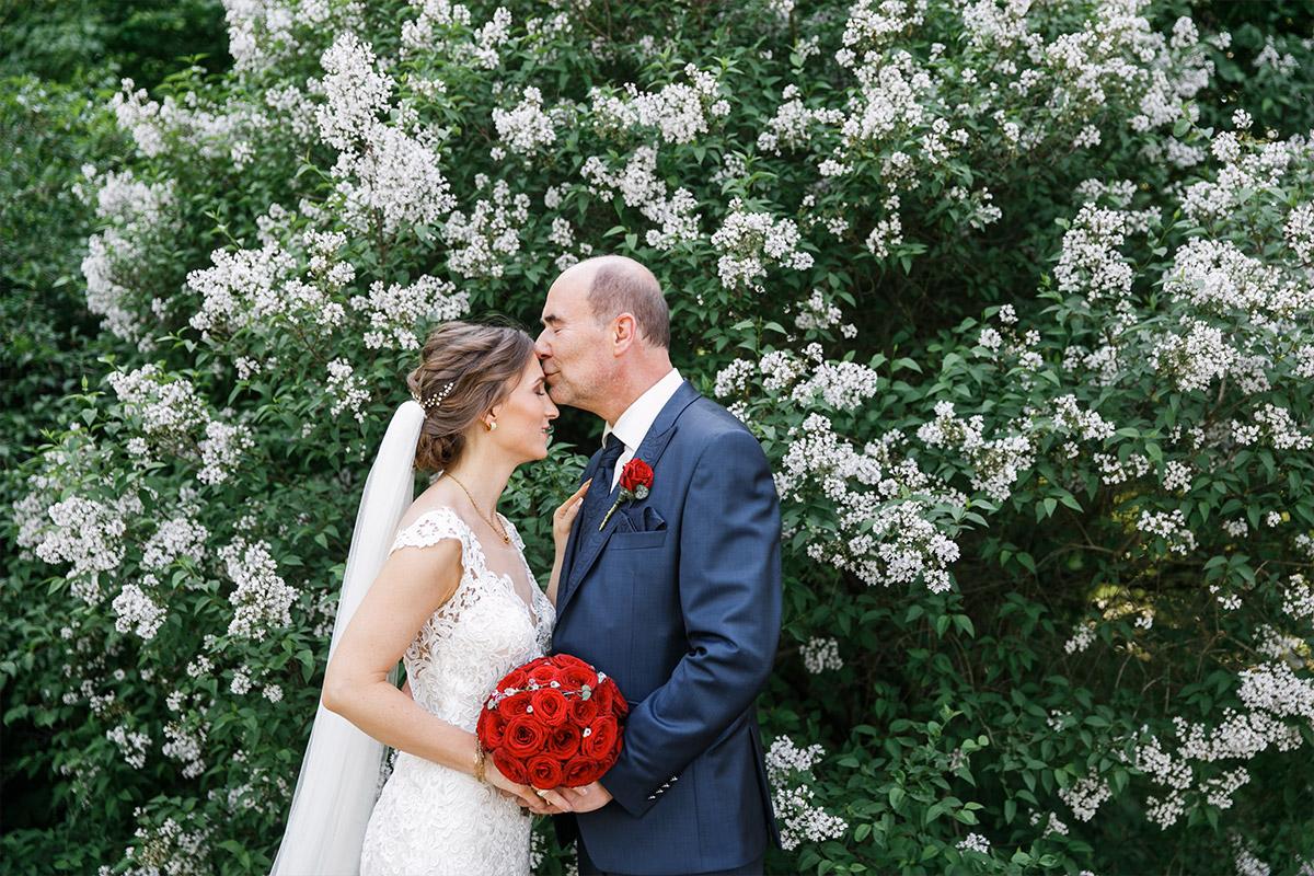 Hochzeitsfoto von Brautpaar bei klassisch-eleganter Schlosshochzeit in der Mark Brandenburg - Schloss Neuhardenberg Hochzeitsfotograf © www.hochzeitslicht.de