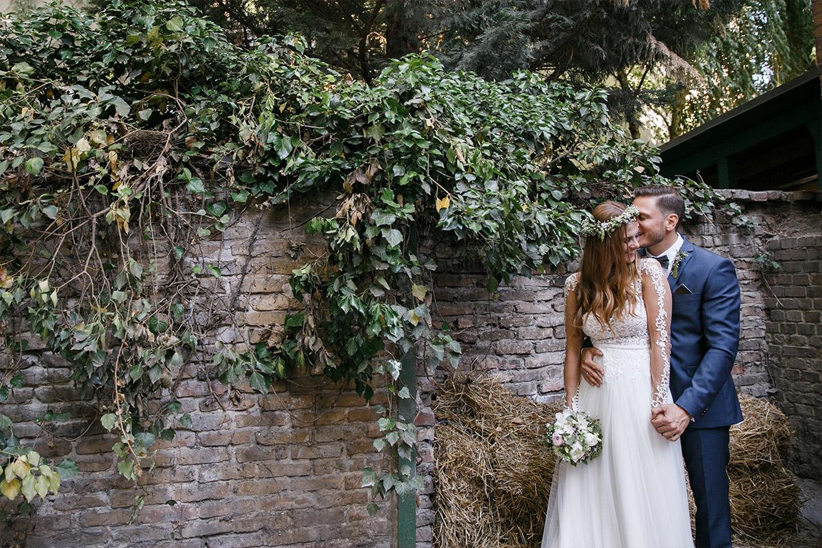 natürliches Hochzeitsfoto von Braut und Bräutigam im Garten bei internationaler Hochzeit in Berlin-Friedrichshain - Old Smithy's Dizzle Hochzeitsfotograf Berlin © www.hochzeitslicht.de