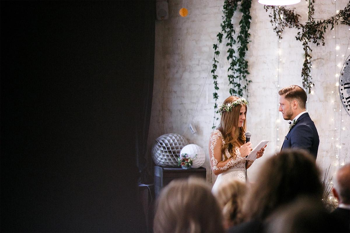 Momentaufnahme bei Trauung in Alter Schmiede - Old Smithy's Dizzle Hochzeitsfotograf Berlin © www.hochzeitslicht.de