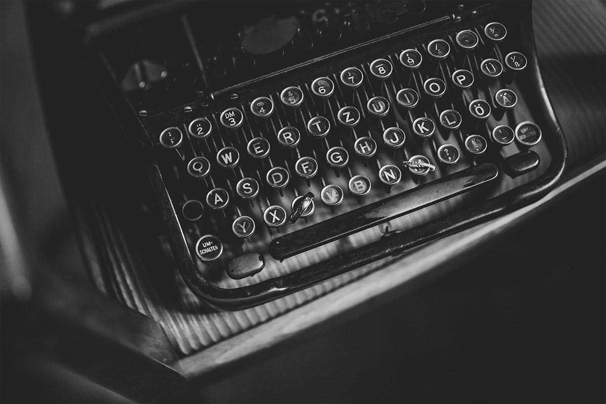Detailfoto von alter vintage Schreibmaschine bei Hochzeit in Berlin-Friedrichshain - Old Smithy's Dizzle Hochzeitsfotograf Berlin © www.hochzeitslicht.de