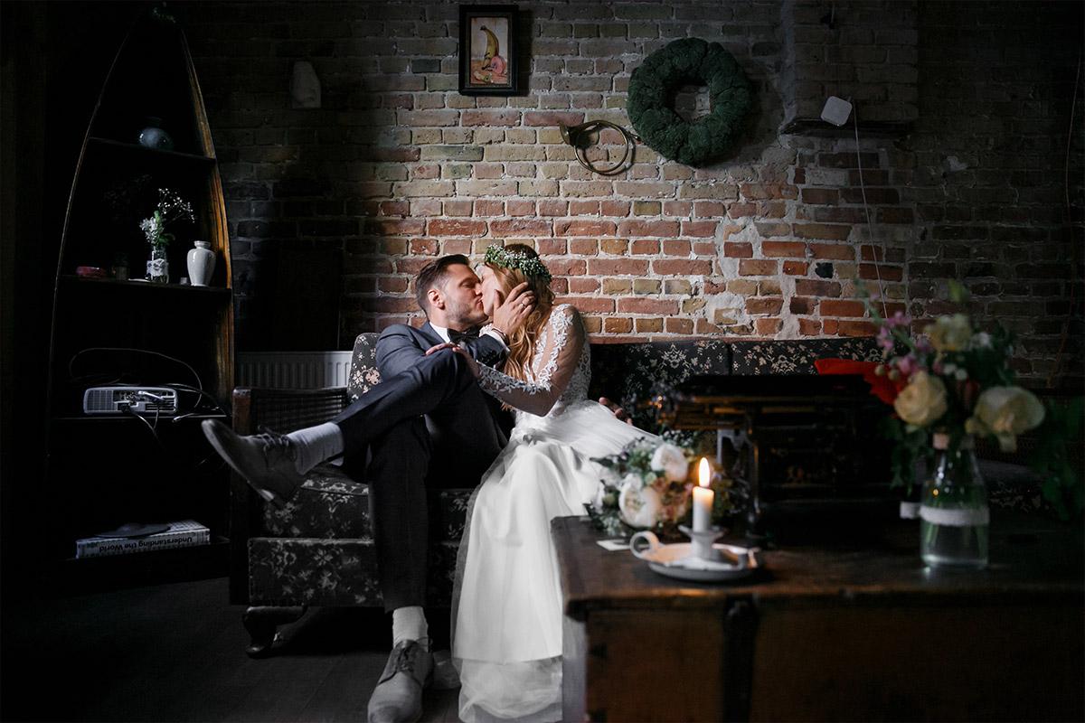 Brautpaarfoto bei moderner Berlin-Hochzeit in stylischer Hochzeitslocation in Berlin-Friedrichshain - Old Smithy's Dizzle Hochzeitsfotograf Berlin © www.hochzeitslicht.de