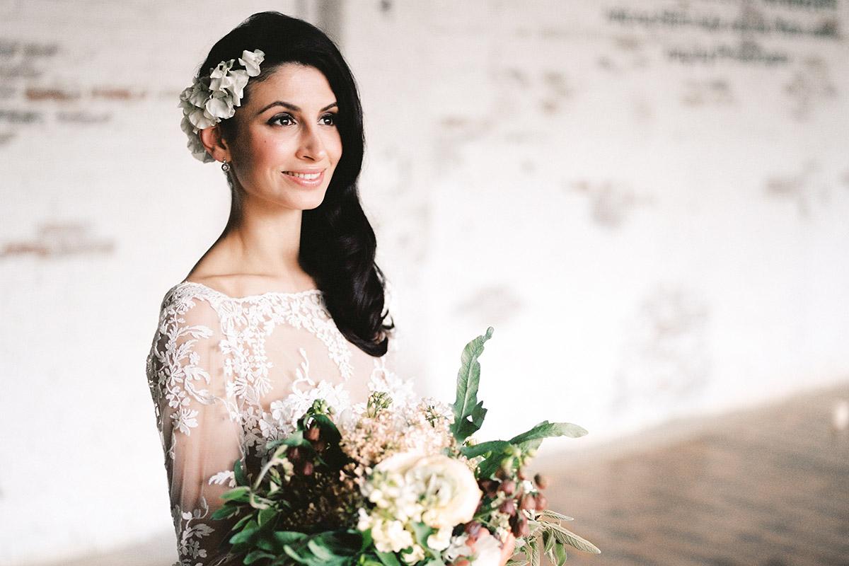 romantisches Portraitfoto der Braut bei Editorial Shooting Liebesbrief zur Hochzeit Berlin © www.hochzeitslicht.de
