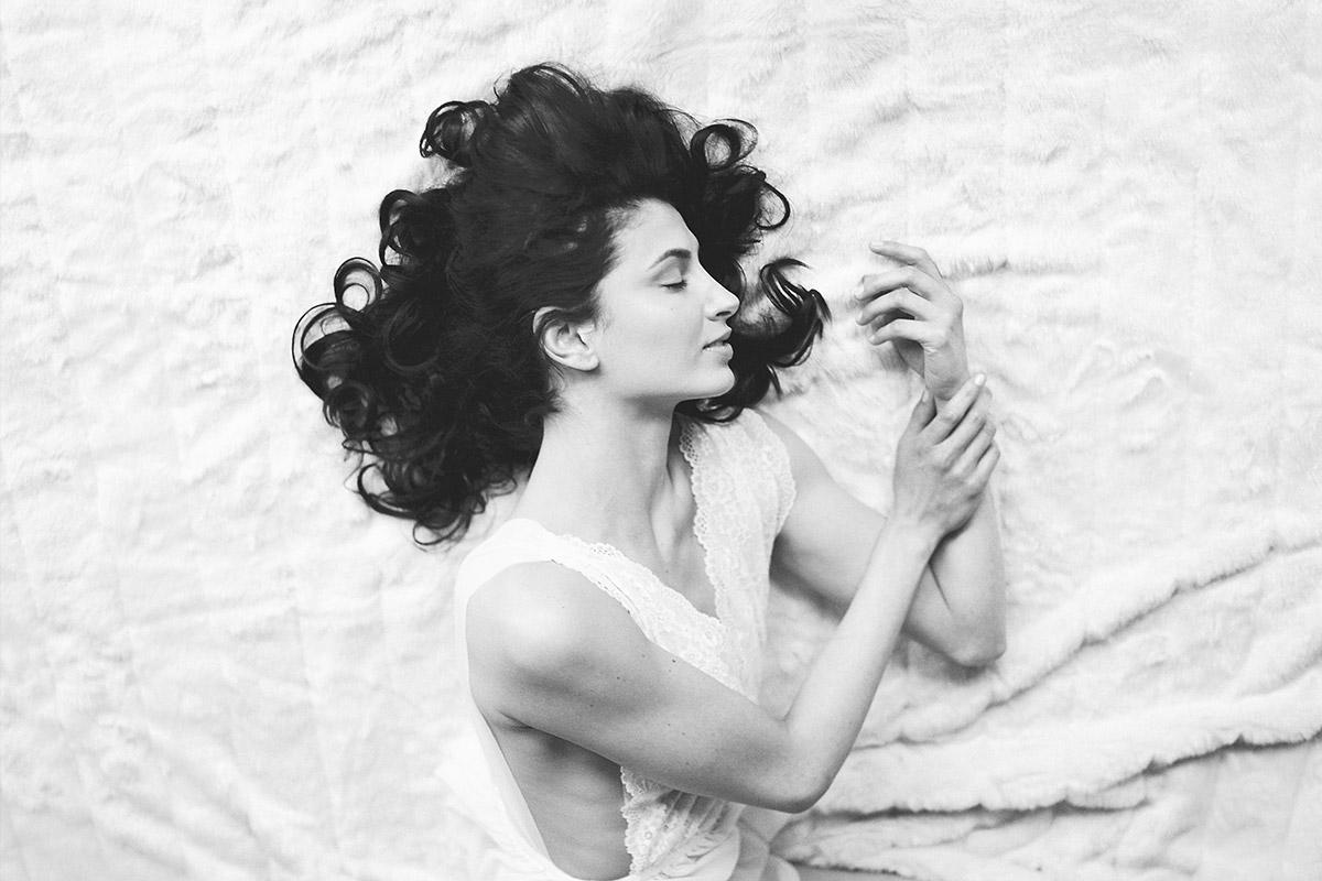 Boudoir-Foto bei erotischem Fotoshooting - Editorial Shooting Bridal Boudoir Berlin © www.hochzeitslicht.de