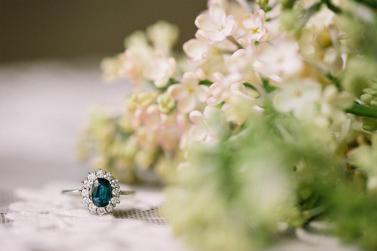 Detailfoto von Blumen und Saphir-Ring bei Boudoir-Fotoshoot - Editorial Shooting Liebesbrief zur Hochzeit Berlin © www.hochzeitslicht.de