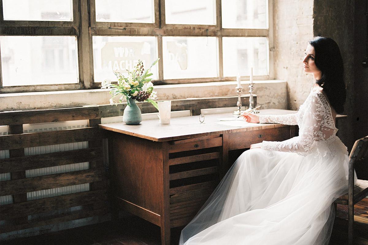 verträumte Hochzeitsfotografie von Braut an Schreibtisch beim Getting Ready- Editorial Shooting Liebesbrief zur Hochzeit Berlin © www.hochzeitslicht.de