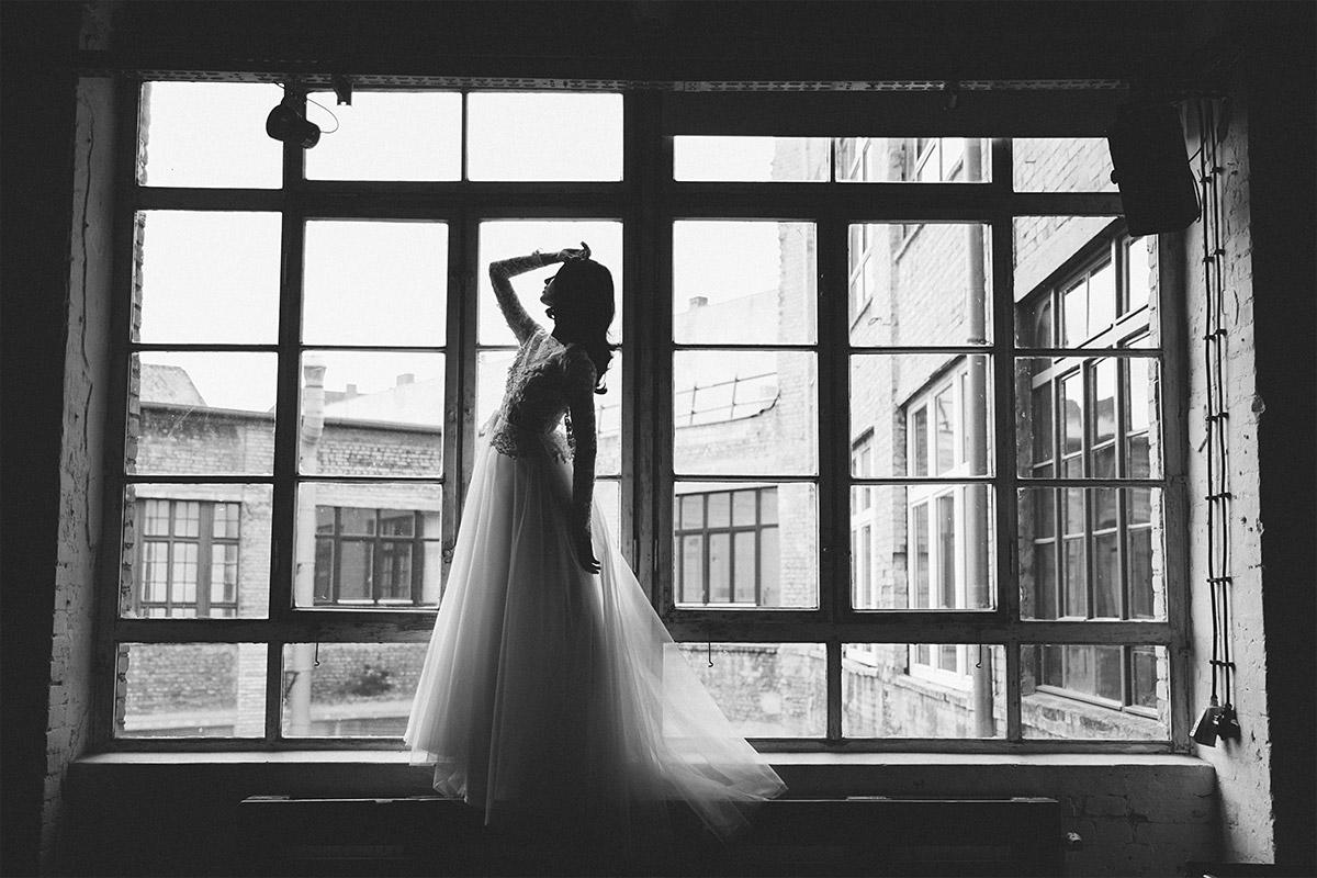 dramatisches schwarz-weiß Hochzeitsfoto von Braut vor Fenster - Editorial Shooting Liebesbrief zur Hochzeit Berlin © www.hochzeitslicht.de