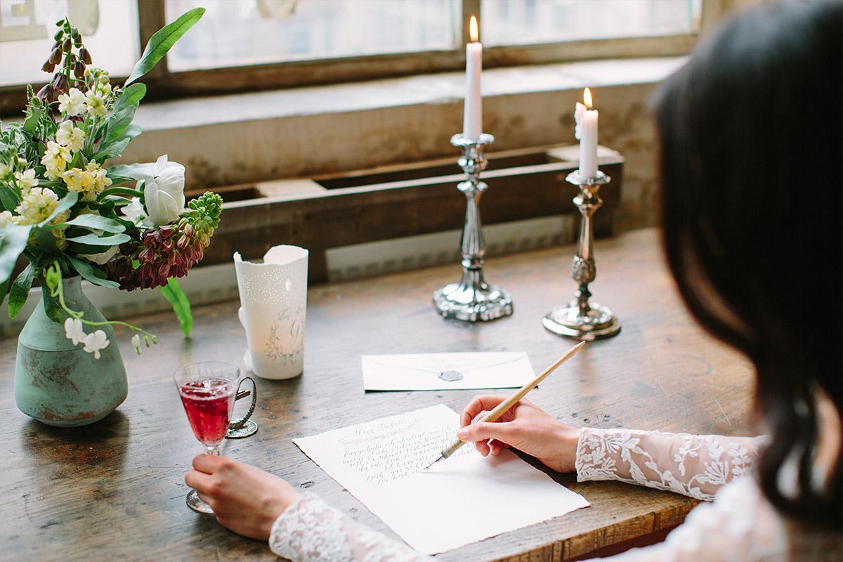 stimmungsvolles Hochzeitsfoto von Braut beim Schreiben bei Vintage-Fotoshoot - Editorial Shooting Liebesbrief zur Hochzeit Berlin © www.hochzeitslicht.de