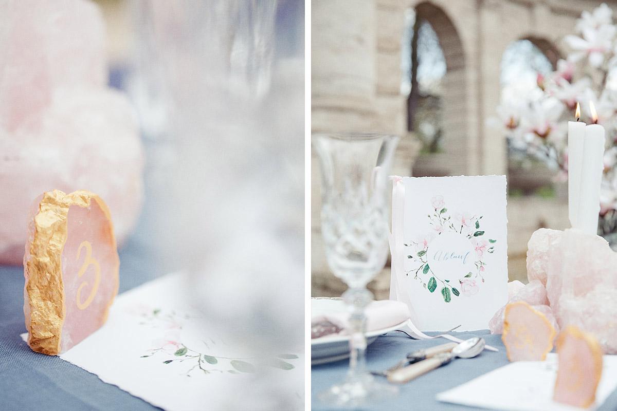 Detailfoto von Tischdekoration mit Tischkarten und Kerzenhaltern aus Rosenquarz und Papeterie mit Aquarell - Editorial Shooting Magnolie Frühlingshochzeit Berlin © www.hochzeitslicht.de