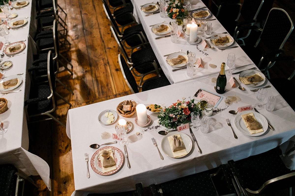kreative Tischdekoration bei rustikal-moderner Hochzeit - Urbane Hochzeit Berlin Friedrichshain Hochzeitsfotograf © www.hochzeitslicht.de