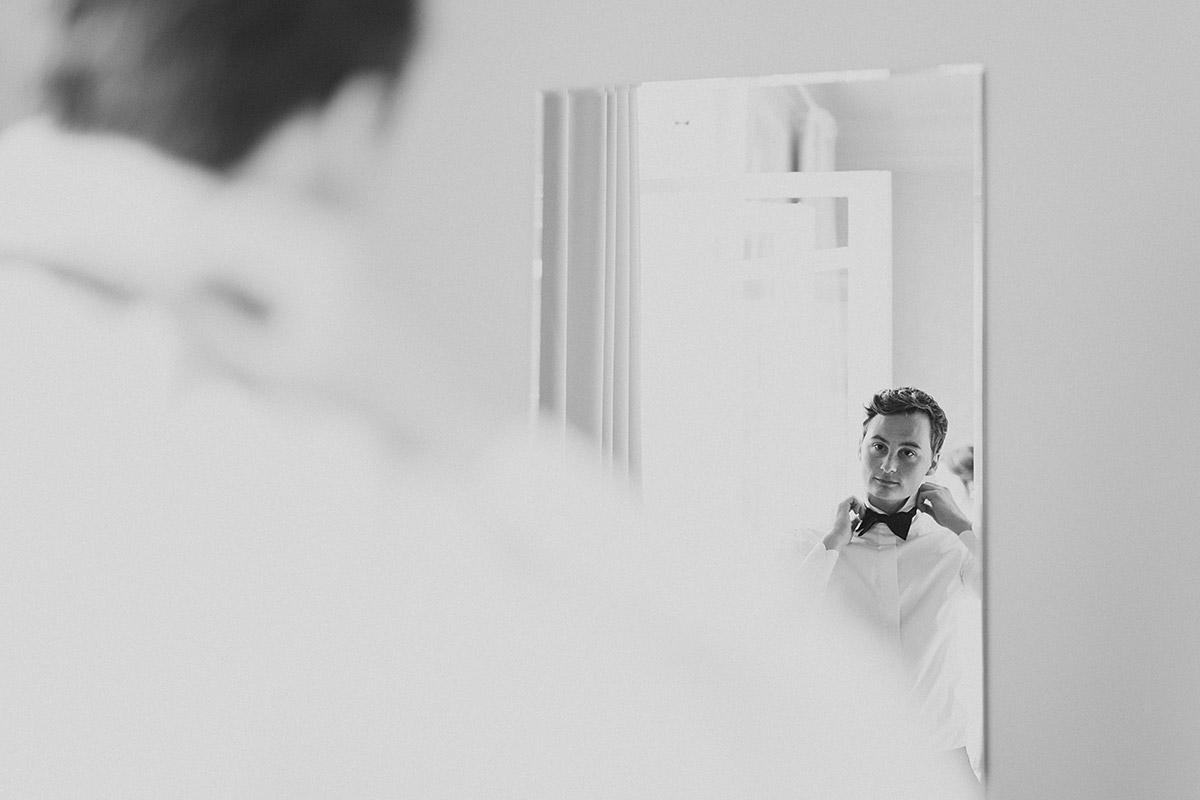 Hochzeitsfoto vom Getting Ready des Bräutigams bei Sommerhochzeit - Gästehaus Villa Blumenfisch am Großen Wannsee Berlin Hochzeitsfotograf © www.hochzeitslicht.de