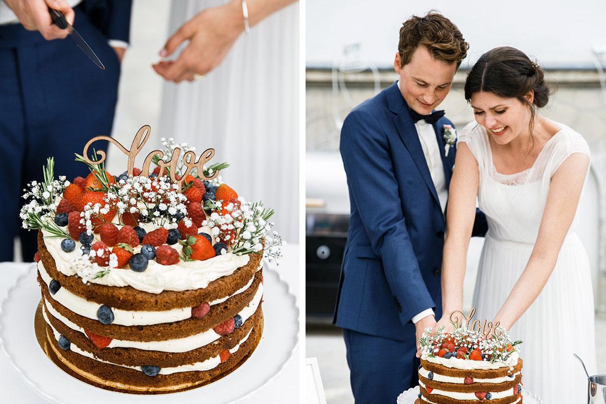 Hochzeitsfotos vom Anschneiden der sommerlichen Hochzeitstorte mit Beeren - Gästehaus Villa Blumenfisch am Großen Wannsee Berlin Hochzeitsfotograf © www.hochzeitslicht.de