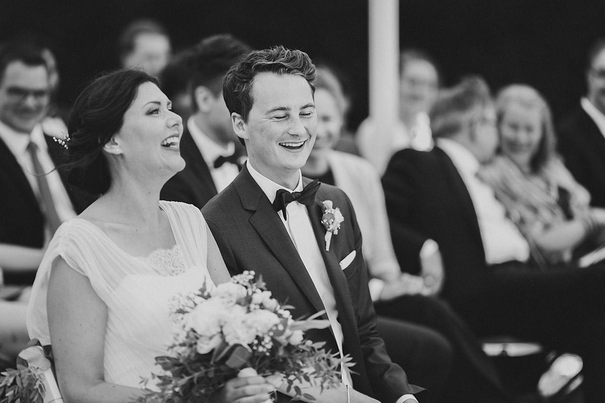 ungestelltes Hochzeitsfoto bei freier Trauungszeremonie - Gästehaus Villa Blumenfisch am Großen Wannsee Berlin Hochzeitsfotograf © www.hochzeitslicht.de