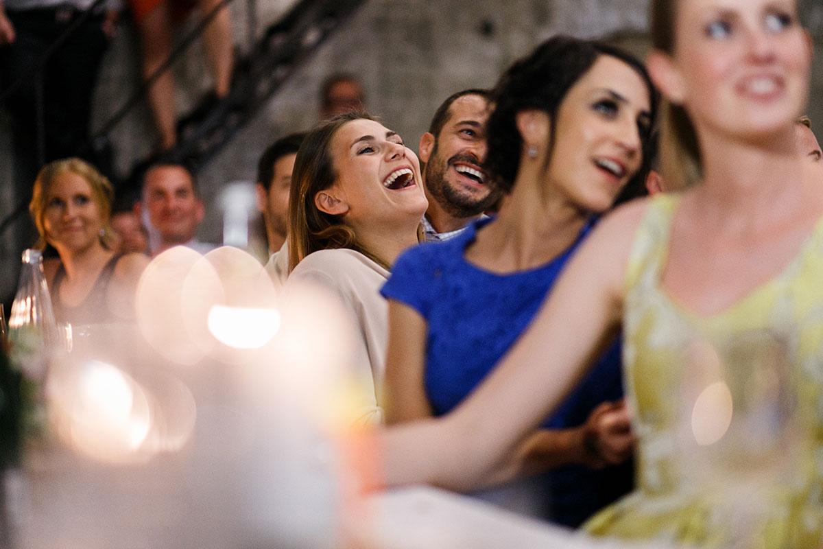 ungestelltes Hochzeitsfoto bei Hochzeitsfeier - Urbane Hochzeit Berlin Friedrichshain Hochzeitsfotograf © www.hochzeitslicht.de