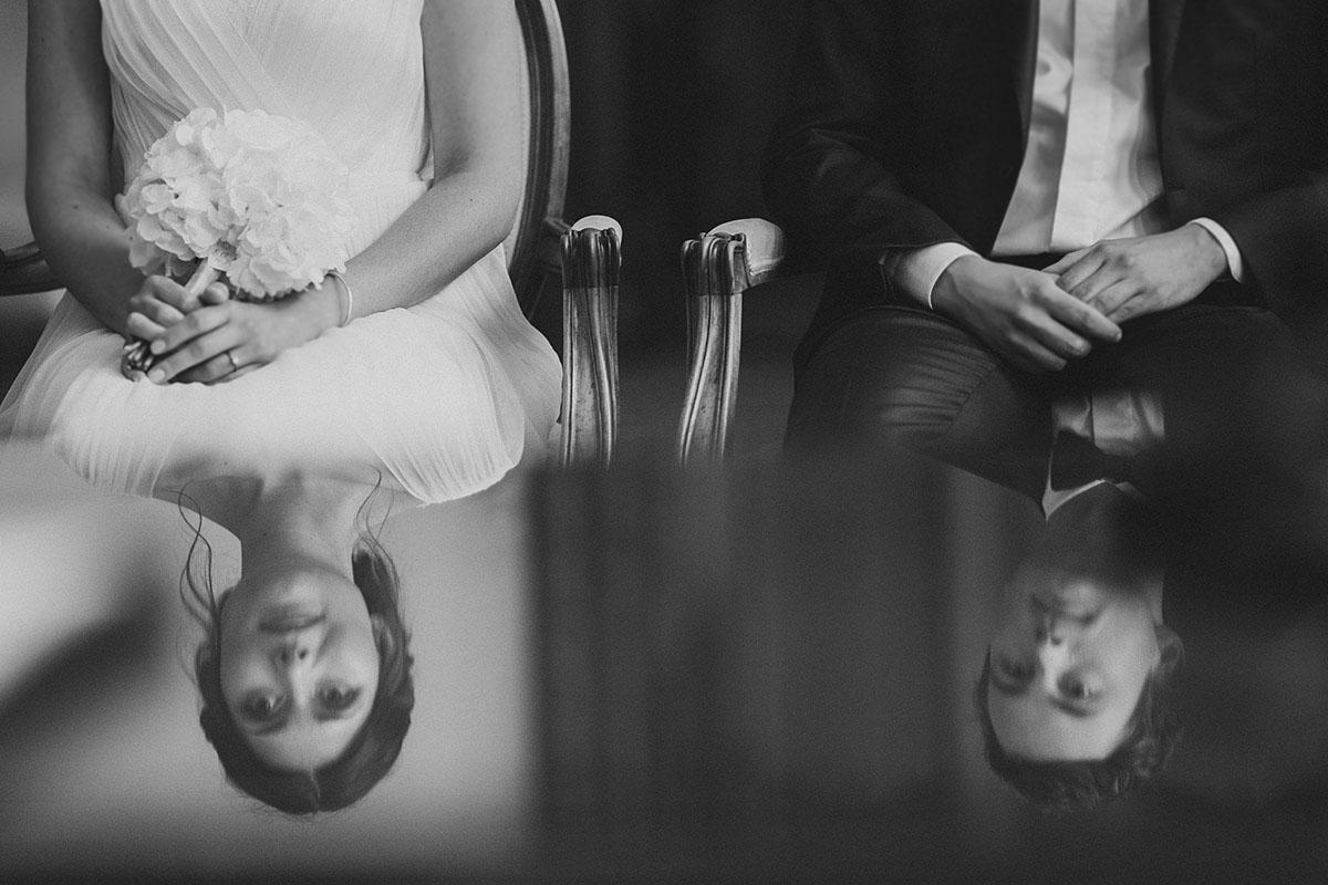 künstlerisches Hochzeitsreportagefoto von Braut und Bräutigam bei standesamtlicher Trauung im Rathaus Schmargendorf- Gästehaus Villa Blumenfisch am Großen Wannsee Berlin Hochzeitsfotograf © www.hochzeitslicht.de