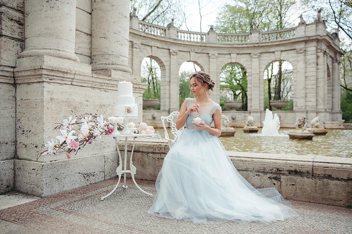 Braut in zartblauem Hochzeitskleid bei romantischem Hochzeitsshooting in Berliner Park - Editorial Shooting Magnolie Frühlingshochzeit Berlin © www.hochzeitslicht.de