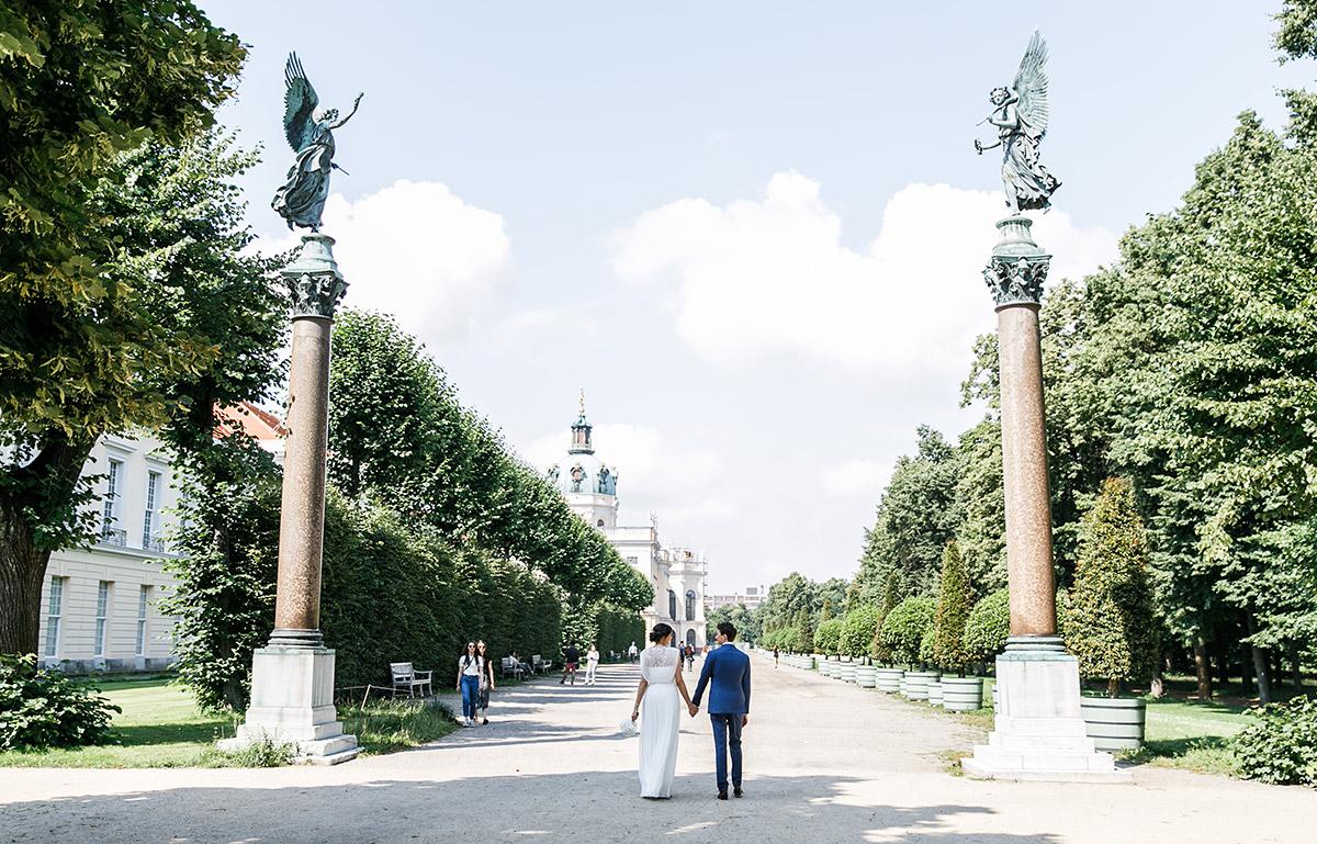 Hochzeitsfoto von Brautpaar bei Fotoshooting am Schloss Charlottenburg - Gästehaus Villa Blumenfisch am Großen Wannsee Berlin Hochzeitsfotograf © www.hochzeitslicht.de