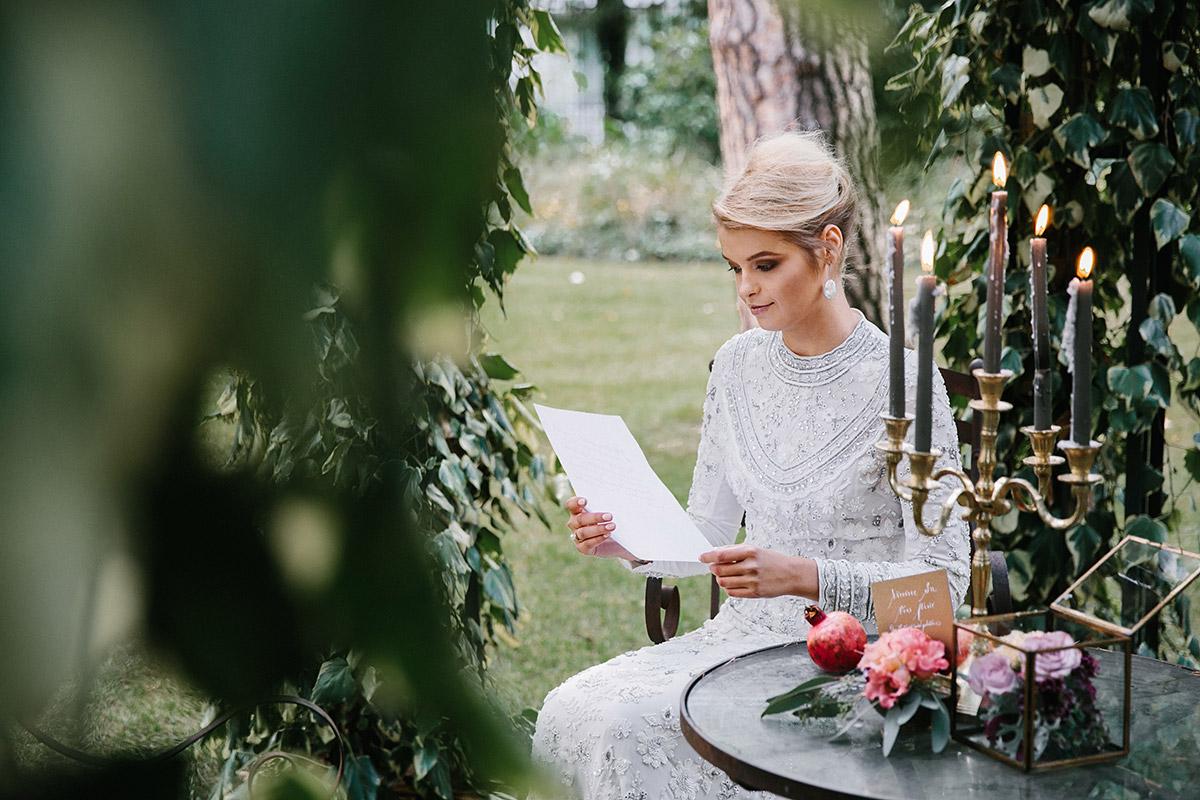 Hochzeitsfoto von Braut beim Lesen eines Liebesbriefs vor der Hochzeit - Patrick Hellmann Schlosshotel Grunewald Berlin Hochzeitsfotograf © www.hochzeitslicht.de