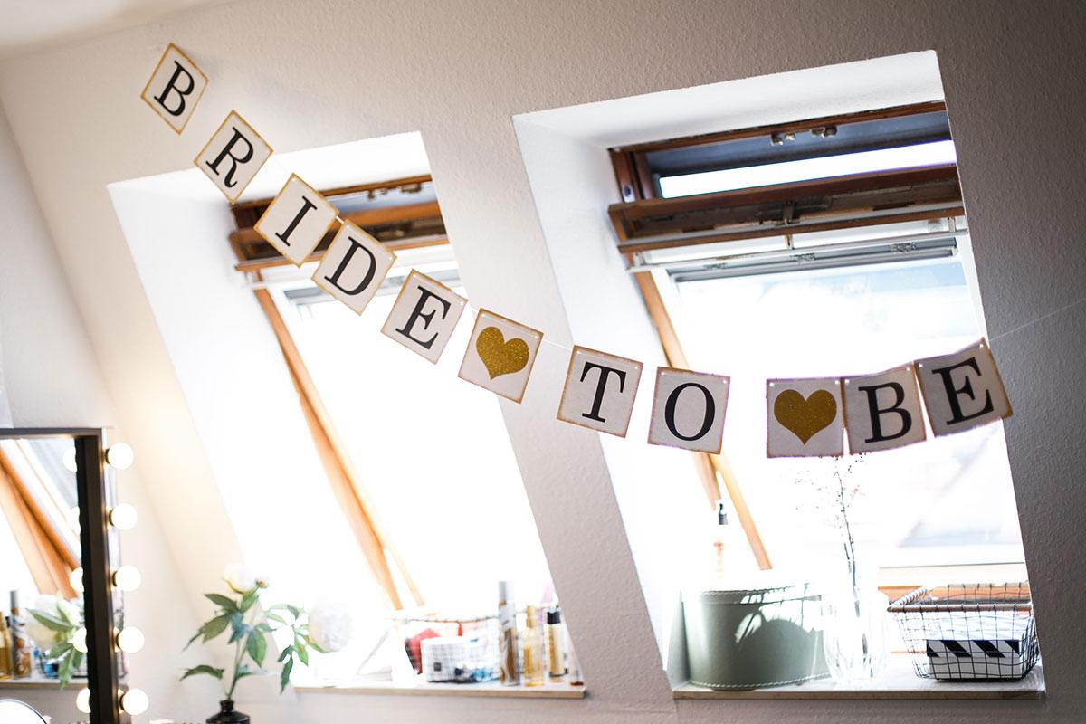 Hochzeitsreportage-Fotografie beim Getting Ready der Braut zu Hause - Urbane Hochzeit Berlin Friedrichshain Hochzeitsfotograf © www.hochzeitslicht.de