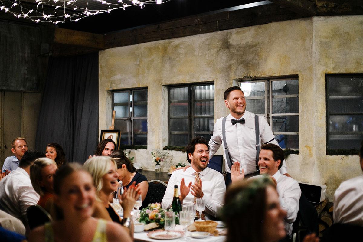 authentisches Hochzeitsfoto von Hochzeitsfeier - Urbane Hochzeit Berlin Friedrichshain Hochzeitsfotograf © www.hochzeitslicht.de