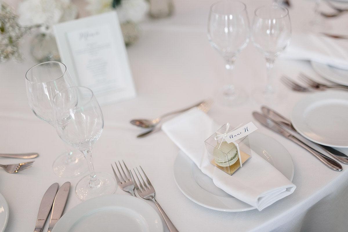 Hochzeitsfotografie von stilvoller Tischdekoration bei Sommerhochzeit - Gästehaus Villa Blumenfisch am Großen Wannsee Berlin Hochzeitsfotograf © www.hochzeitslicht.de
