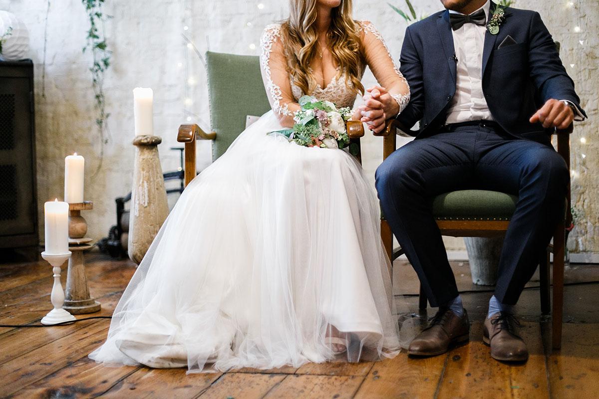 modernes Hochzeitsfoto von Brautpaar bei freier Trauung - Urbane Hochzeit Berlin Friedrichshain Hochzeitsfotograf © www.hochzeitslicht.de