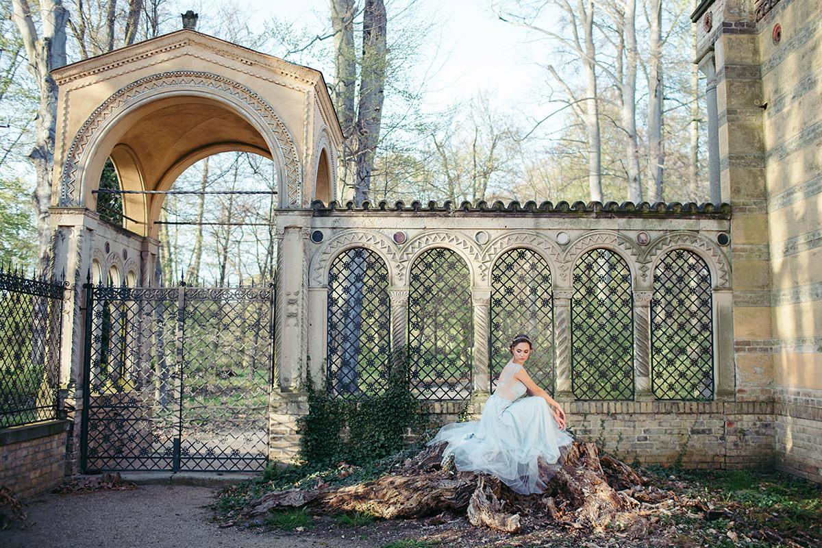 verträumtes Hochzeitsfoto von Braut in Berliner Parkanlage - Editorial Shooting Magnolie Frühlingshochzeit Berlin © www.hochzeitslicht.de