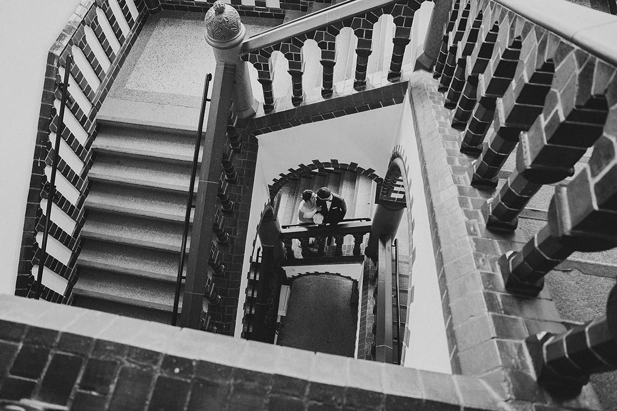künstlerisches Hochzeitsfoto im Treppenhaus des Rathaus Schmargendorf - Gästehaus Villa Blumenfisch am Großen Wannsee Berlin Hochzeitsfotograf © www.hochzeitslicht.de