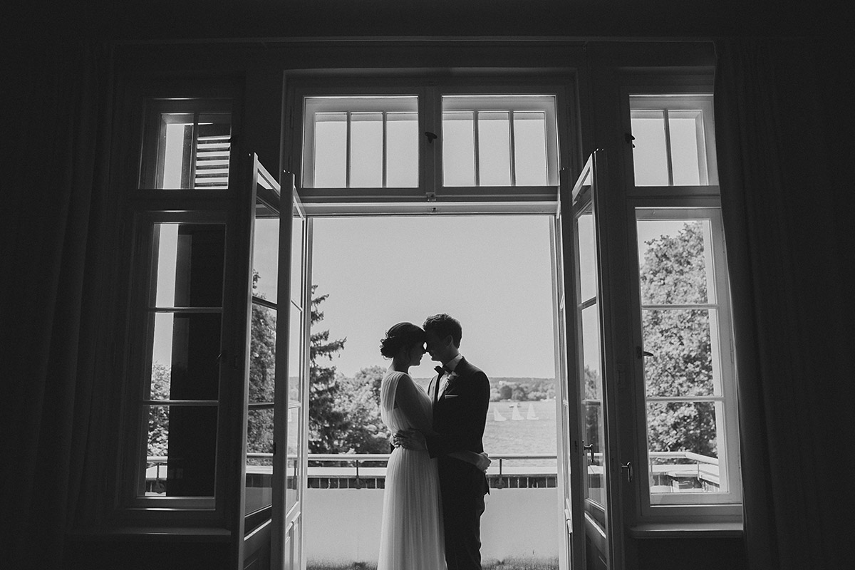 Brautpaarfoto in Zimmer von Villa Blumenfisch mit Blick auf Großen Wannsee - Gästehaus Villa Blumenfisch am Großen Wannsee Berlin Hochzeitsfotograf © www.hochzeitslicht.de