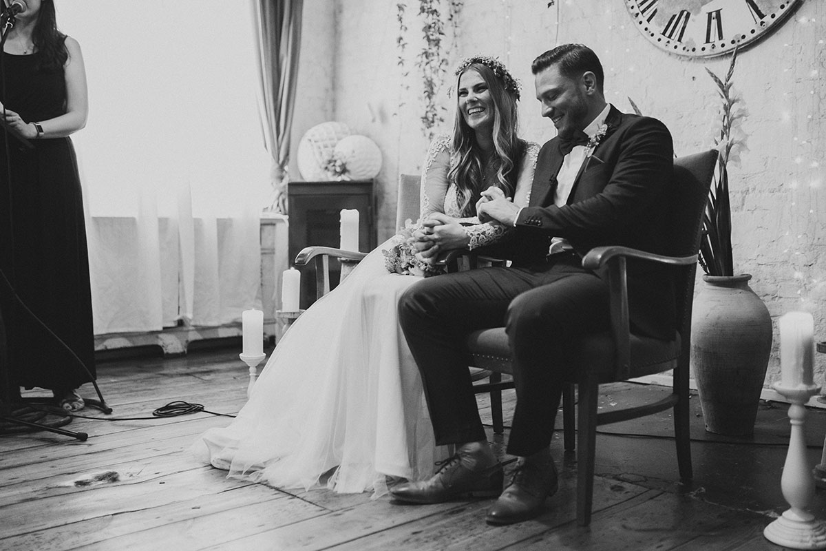 ungestelltes Hochzeitsfoto von Brautpaar bei freier Trauung - Urbane Hochzeit Berlin Friedrichshain Hochzeitsfotograf © www.hochzeitslicht.de