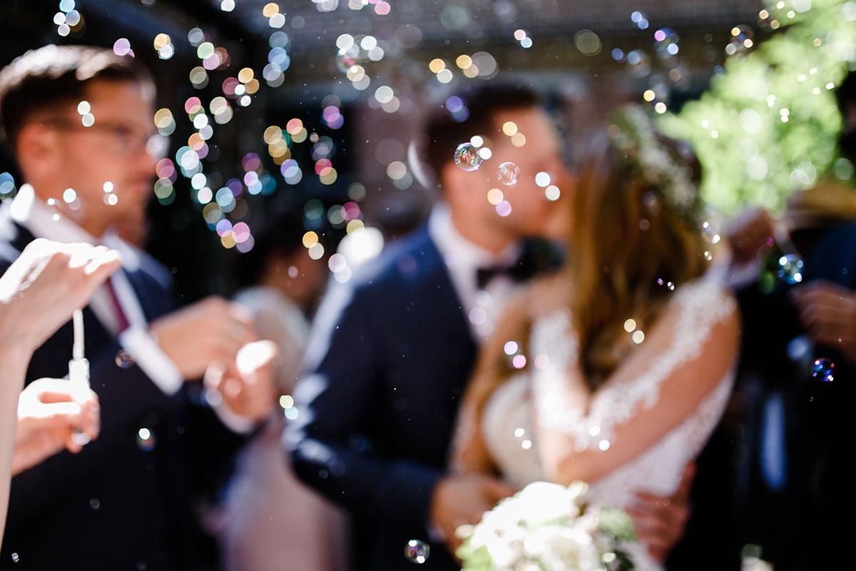 künstlerisches Hochzeitsfoto von Auszug des Brautpaares - Urbane Hochzeit Berlin Friedrichshain Hochzeitsfotograf © www.hochzeitslicht.de