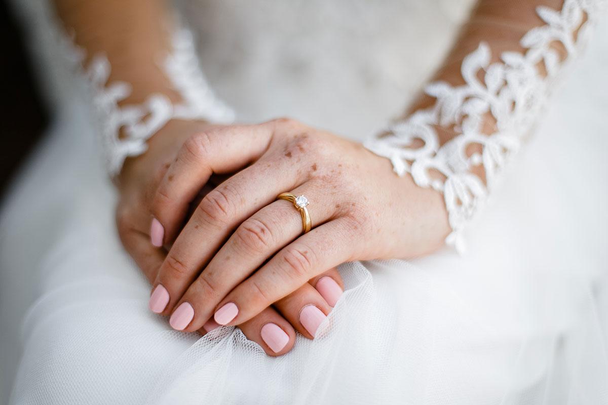 Hochzeitsfoto von Händen der Braut - Urbane Hochzeit Berlin Friedrichshain Hochzeitsfotograf © www.hochzeitslicht.de