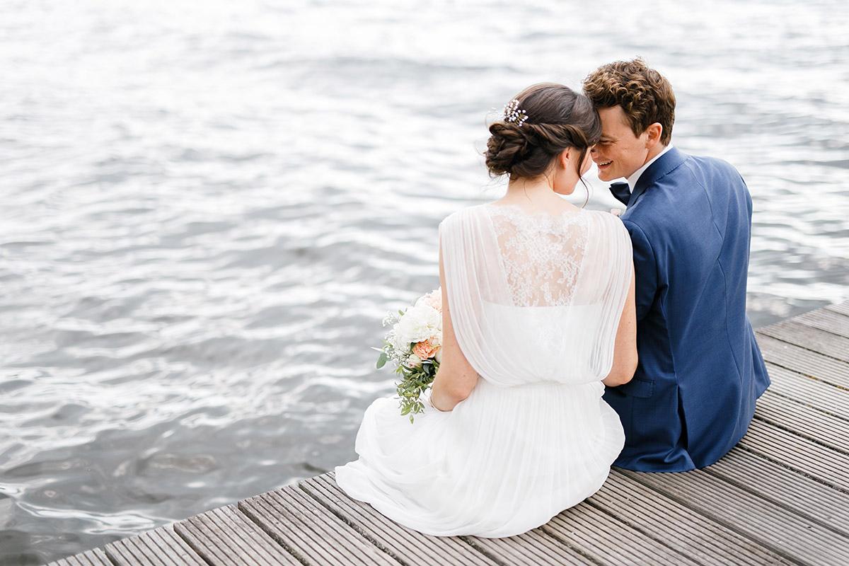 romantisches Brautpaarfoto auf Steg am Wannsee - Gästehaus Villa Blumenfisch am Großen Wannsee Berlin Hochzeitsfotograf © www.hochzeitslicht.de