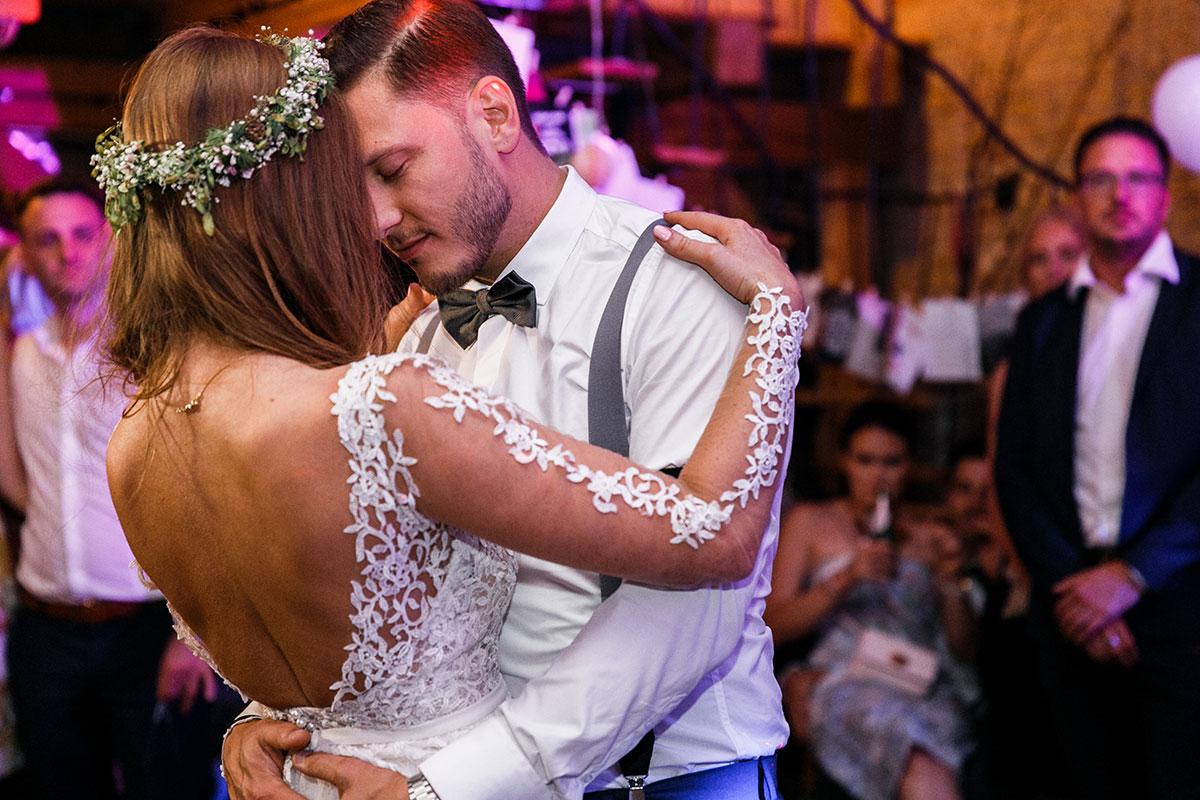 emotionales Hochzeitsfoto beim Eröffnungstanz - Urbane Hochzeit Berlin Friedrichshain Hochzeitsfotograf © www.hochzeitslicht.de