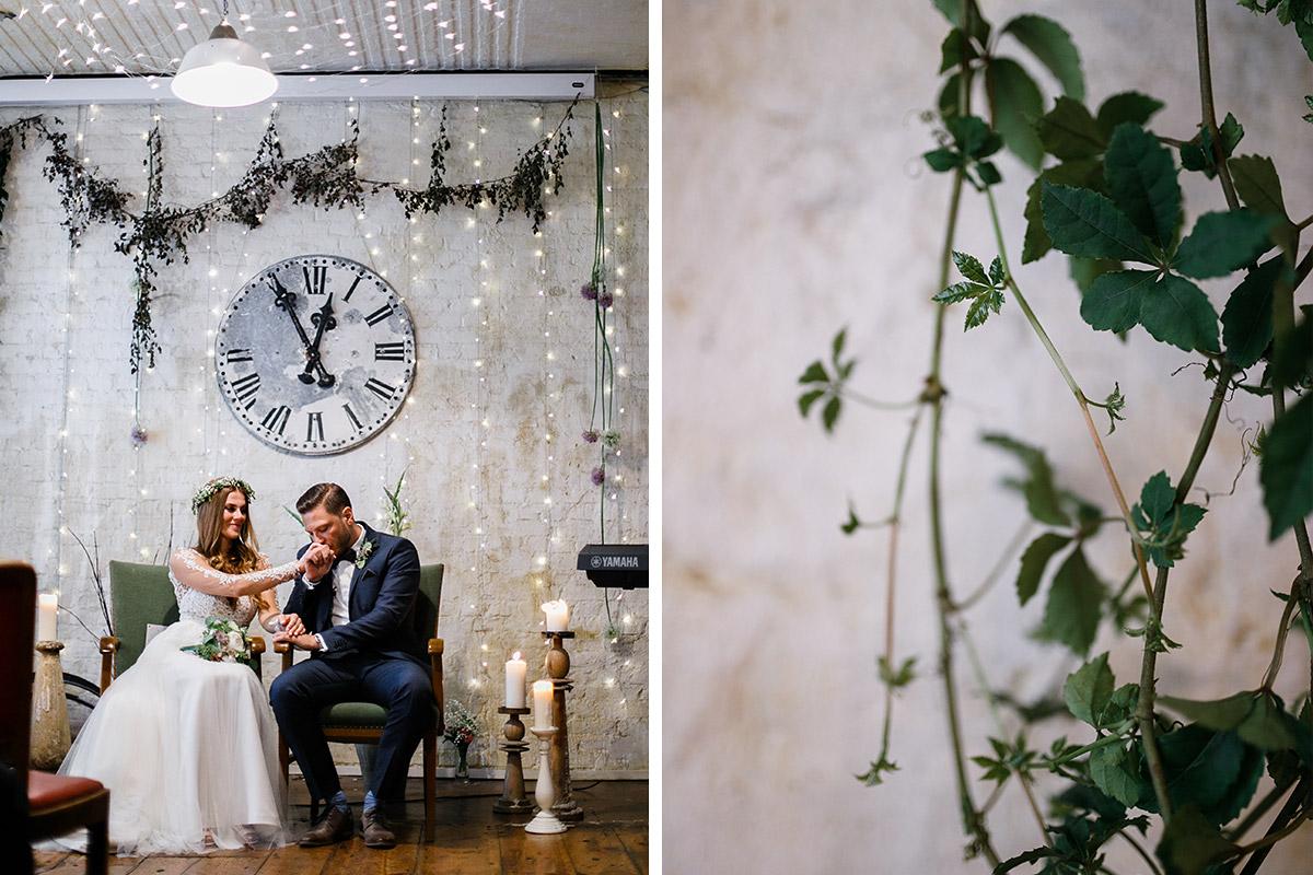 Hochzeitsfotos von Brautpaar und Detailfoto Dekoration - Urbane Hochzeit Berlin Friedrichshain Hochzeitsfotograf © www.hochzeitslicht.de