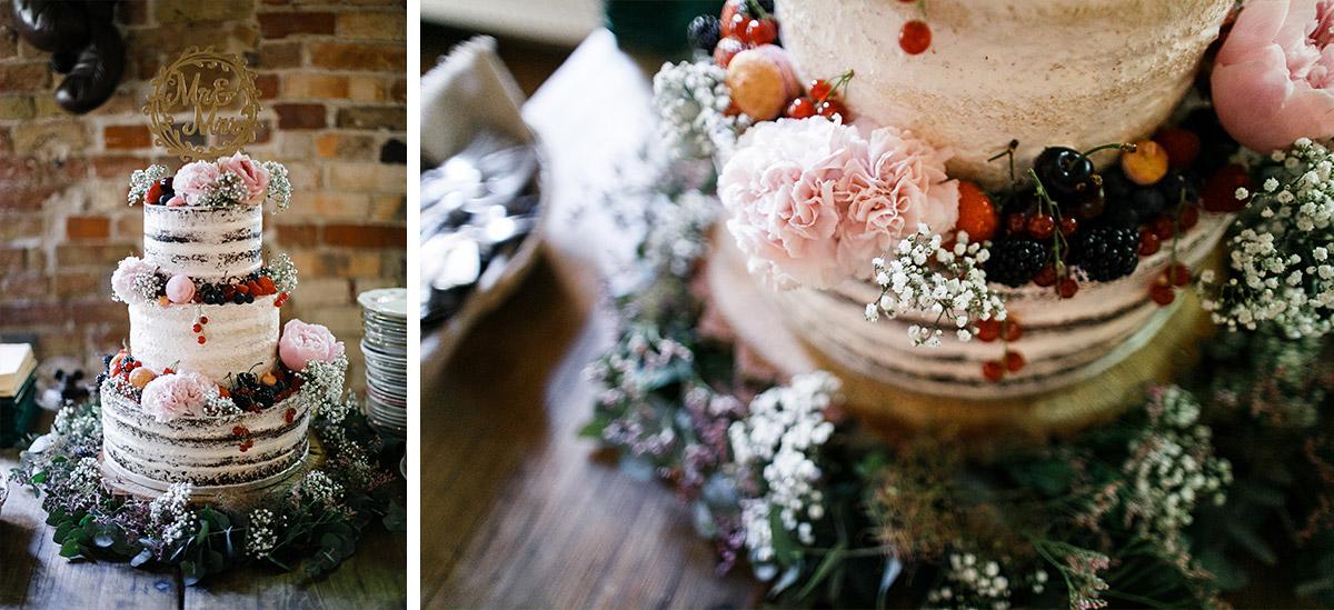 Hochzeitsfoto von dreistöckiger Hochzeitstorte naked cake mit Blumendekoration - Urbane Hochzeit Berlin Friedrichshain Hochzeitsfotograf © www.hochzeitslicht.de