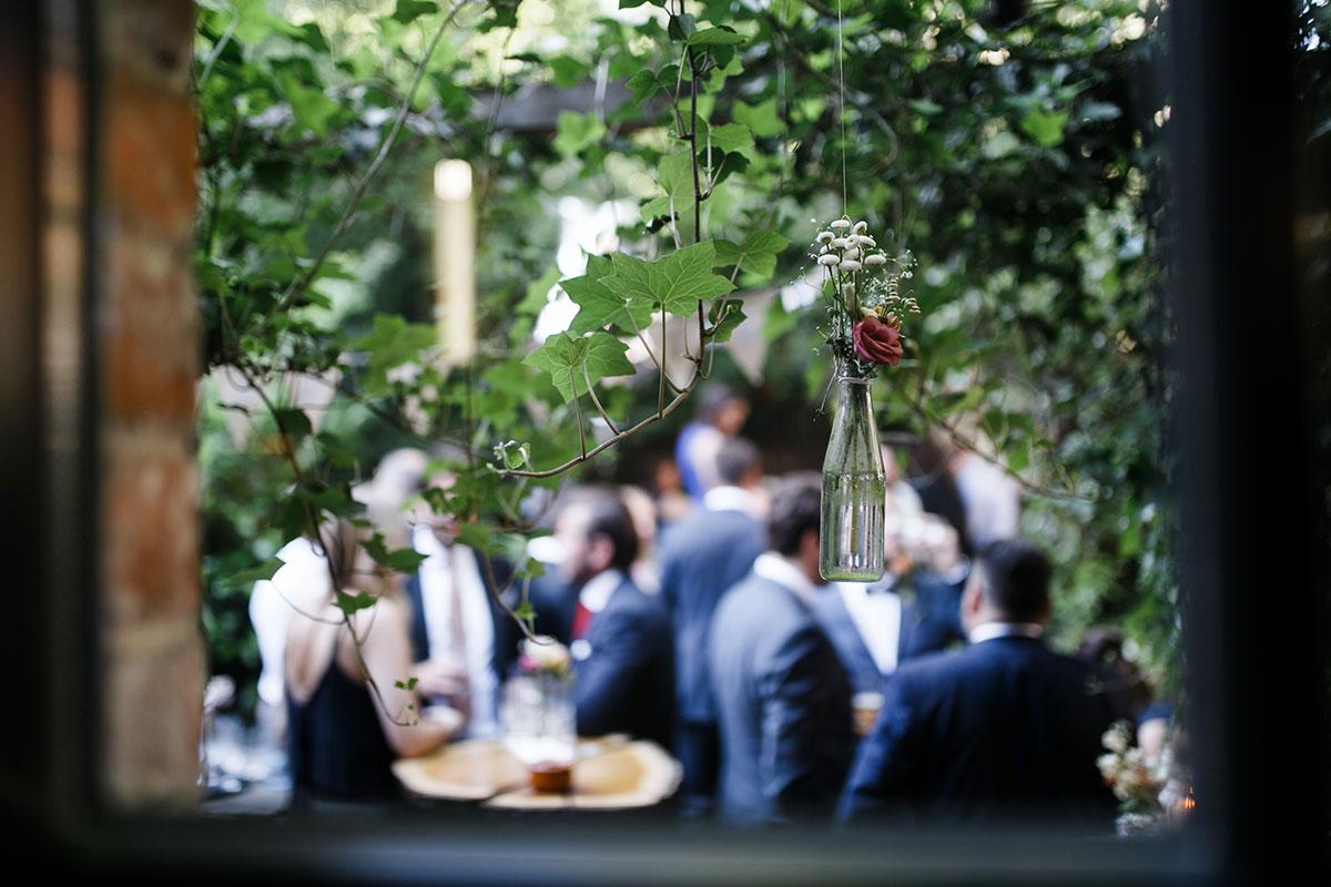 künstlerisches Hochzeitsfoto von Gästen bei Sommerhochzeit - Urbane Hochzeit Berlin Friedrichshain Hochzeitsfotograf © www.hochzeitslicht.de