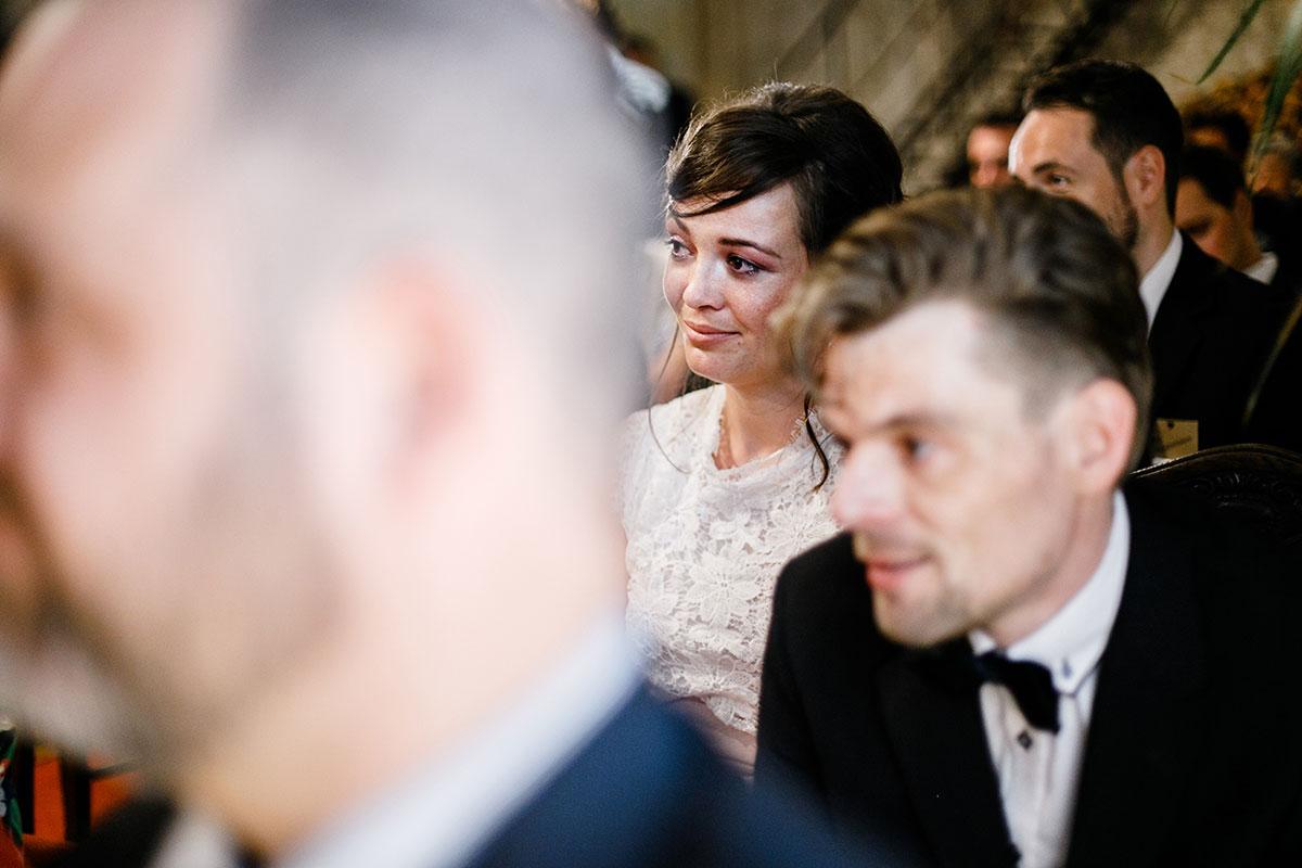 authentisches Hochzeitsreportagefoto von Gästen bei freier Trauung - Urbane Hochzeit Berlin Friedrichshain Hochzeitsfotograf © www.hochzeitslicht.de