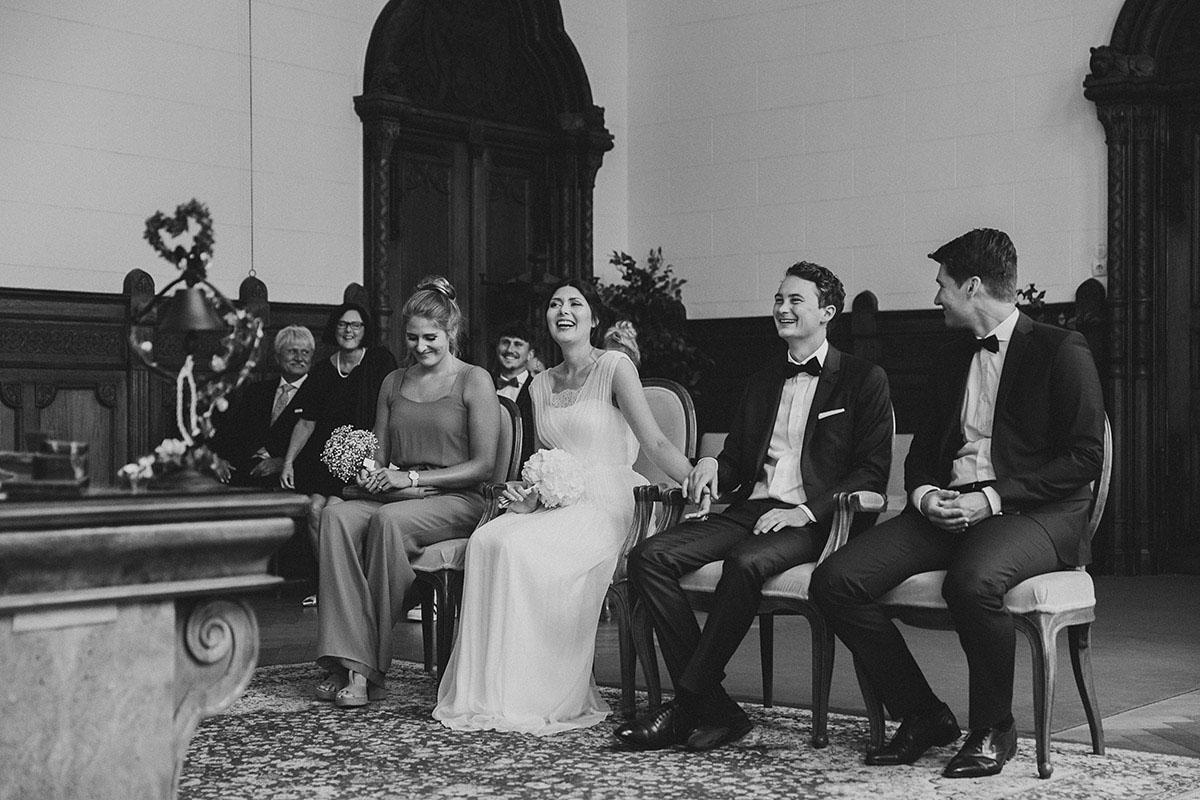 authentisches Hochzeitsfoto bei standesamtlicher Trauung im Rathaus Schmargendorf - Gästehaus Villa Blumenfisch am Großen Wannsee Berlin Hochzeitsfotograf © www.hochzeitslicht.de