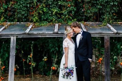 romantisches Brautpaarfoto vor rustikalem Gewächshaus - Göhrischgut bei Meißen Scheunenhochzeit Hochzeitsfotograf © www.hochzeitslicht.de