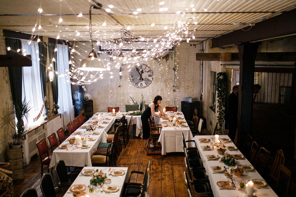 Hochzeitsfoto von moderner urbaner Hochzeitslocation - Urbane Hochzeit Berlin Friedrichshain Hochzeitsfotograf © www.hochzeitslicht.de