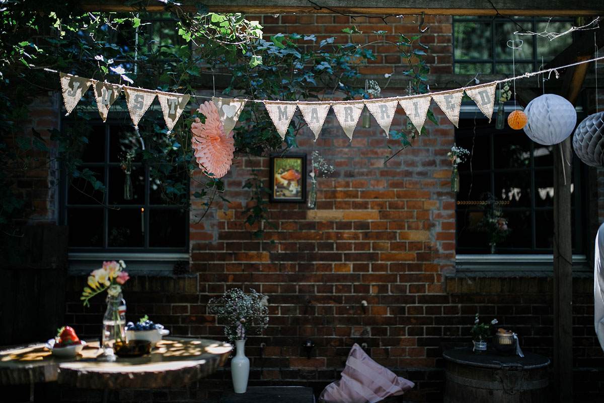 Hochzeitsfotos von dekoriertem Garten der Hochzeitslocation - Urbane Hochzeit Berlin Friedrichshain Hochzeitsfotograf © www.hochzeitslicht.de