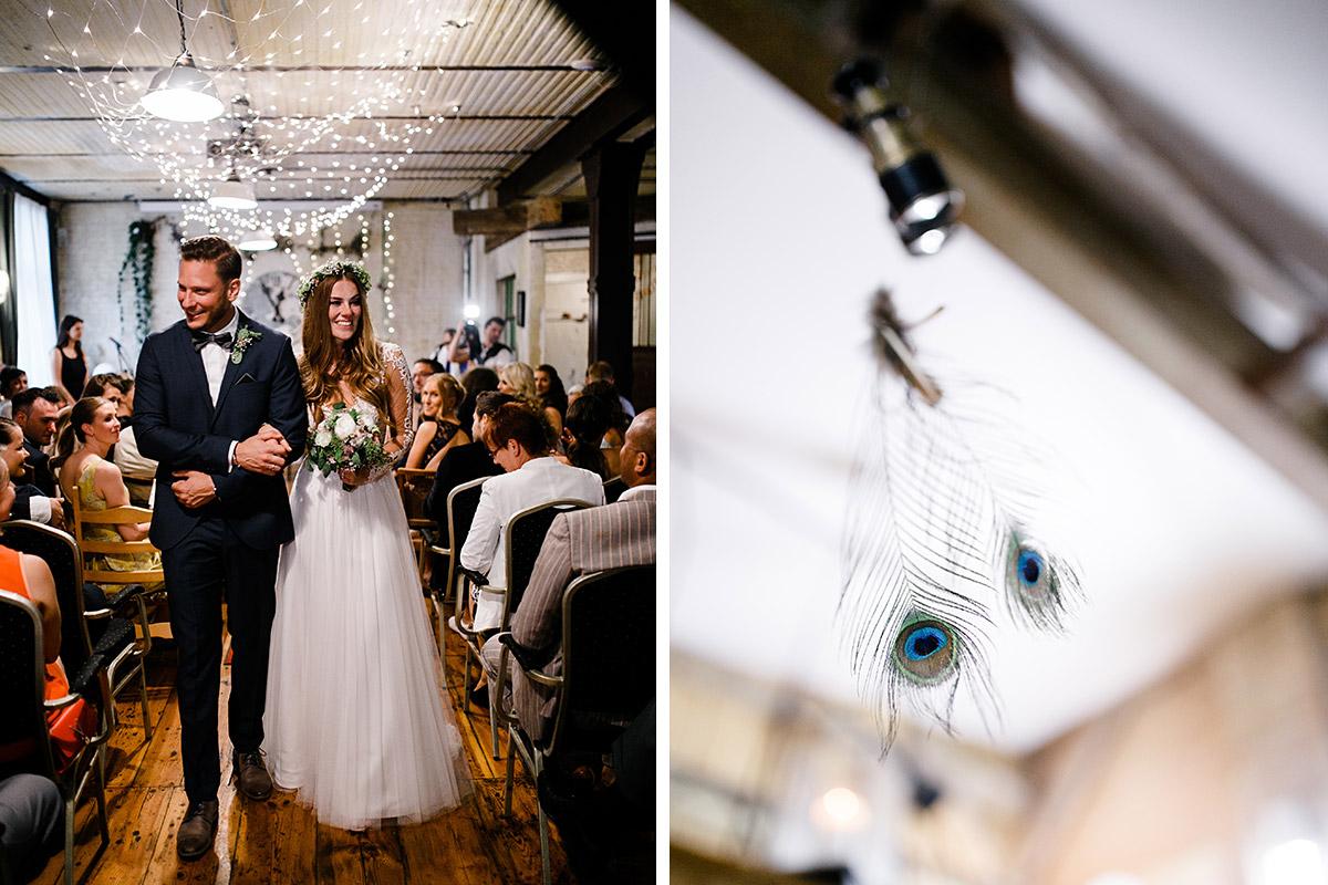 Hochzeitsfoto vom Auszug des Brautpaares nach freier Trauung - Urbane Hochzeit Berlin Friedrichshain Hochzeitsfotograf © www.hochzeitslicht.de