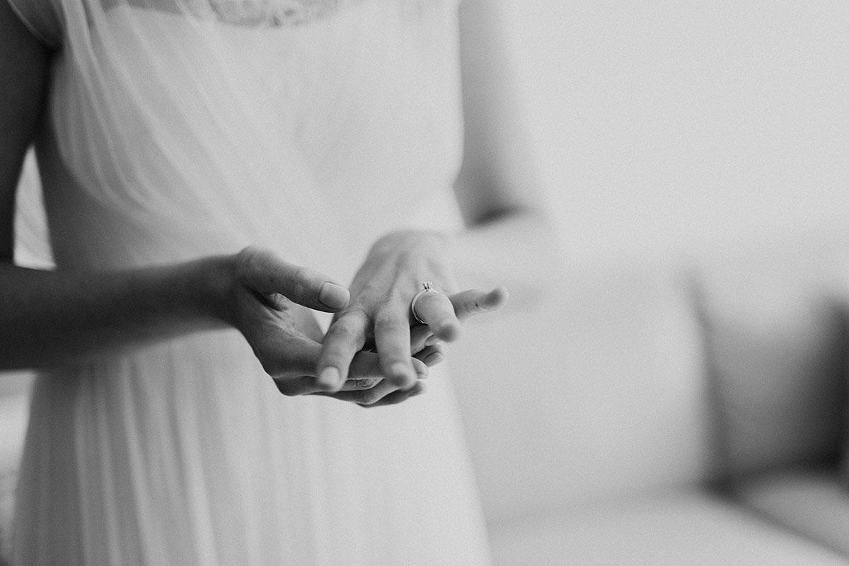 Hochzeitsreportagefotografie von Braut die auf Verlobungsring blickt - Gästehaus Villa Blumenfisch am Großen Wannsee Berlin Hochzeitsfotograf © www.hochzeitslicht.de