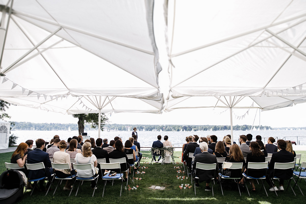 Hochzeitsfotografie bei freier Trauung am Wannsee - Gästehaus Villa Blumenfisch am Großen Wannsee Berlin Hochzeitsfotograf © www.hochzeitslicht.de