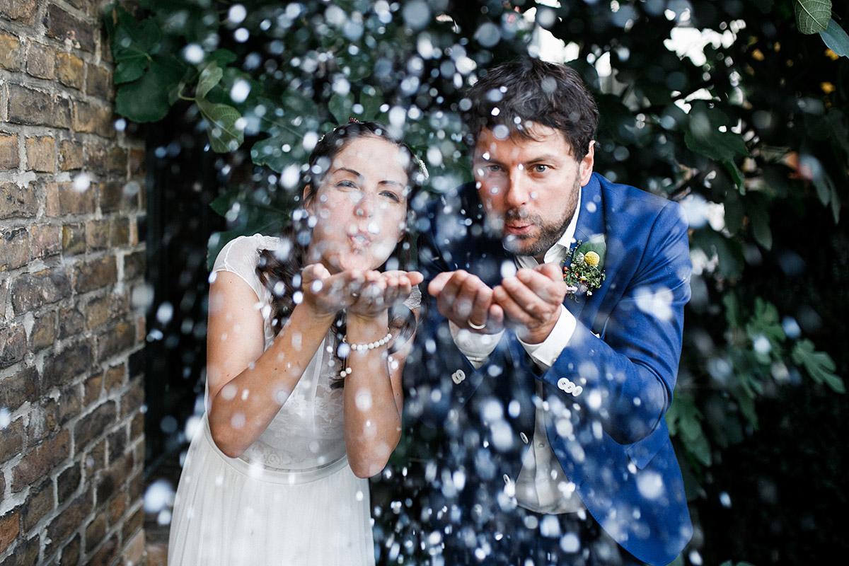 Brautpaarfoto von Brautpaar mit Konfetti nach Trauung im Rathaus Köpenick - Standesamt Berlin Köpenick Hochzeitsfotograf © www.hochzeitslicht.de