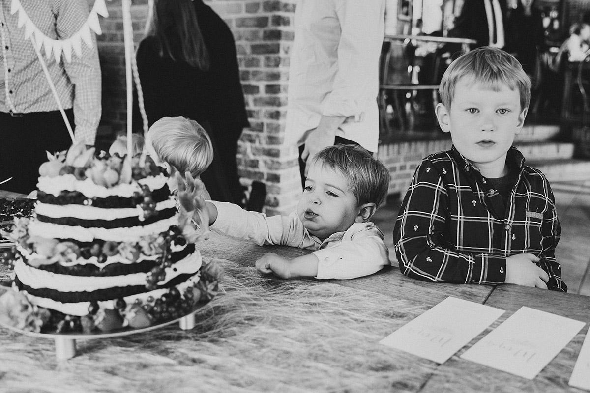 Hochzeitsfoto von kleinen Gästen an Hochzeitstorte bei Hochzeitsfeier im Restaurant Krokodil Köpenick - Standesamt Berlin Köpenick Hochzeitsfotograf © www.hochzeitslicht.de