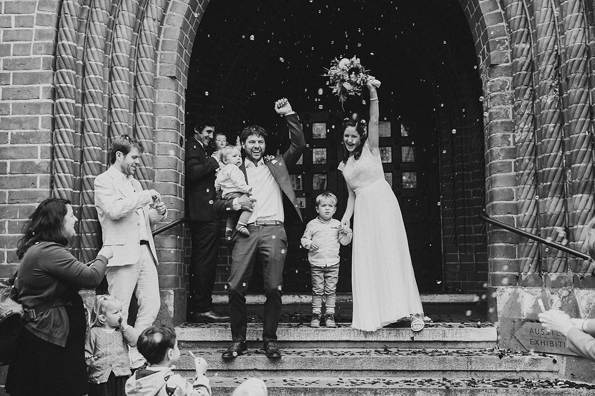 Hochzeitsfoto von Auszug des Brautpaars mit Söhnen - Standesamt Berlin Köpenick Hochzeitsfotograf © www.hochzeitslicht.de